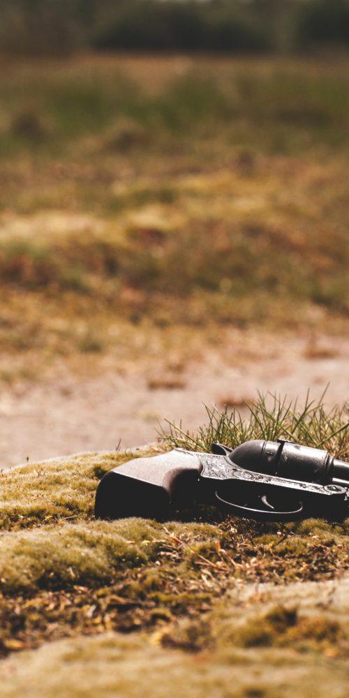 un revolver posé par terre